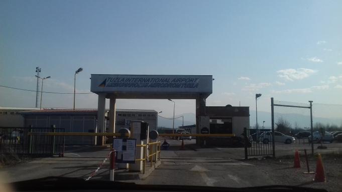 Ulaz u aerodrom koji je zapravo usred sela unutar Općine Živinice.