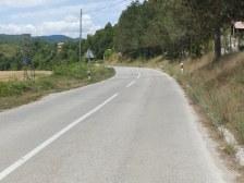 Prazna cesta prema ulazu